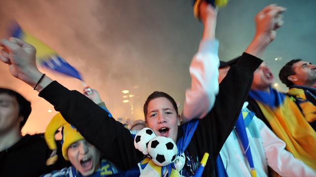 Fans celebrate after Bosnia-Herzegovina qualify for Brazil 2014 World Cup- video